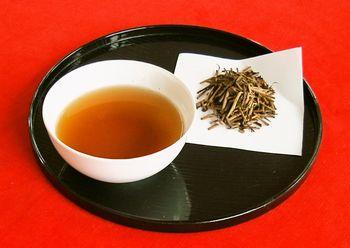 棒ほうじ茶 湯のみと葉